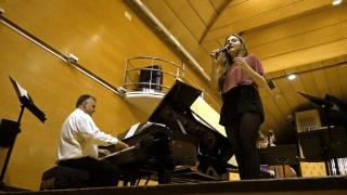 Álvaro Guijarro al piano y Laia Ferrer cantante